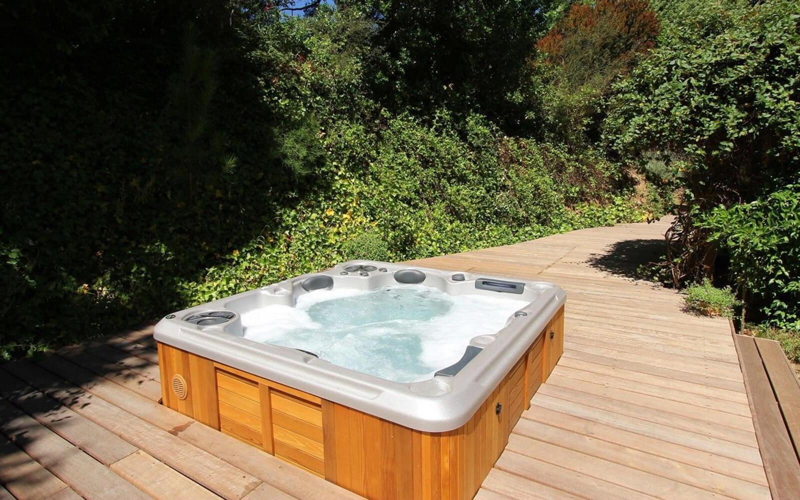 Hydropool 670 Self-Cleaning Hot Tub